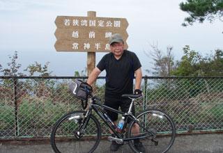 自転車と写る小堀友ひろの写真